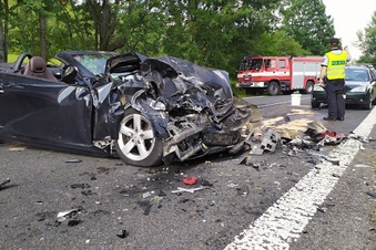 Beifahrerin stirbt bei Autounfall