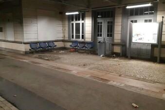 Bahnhöfe verschmutzt, Zug muss bremsen