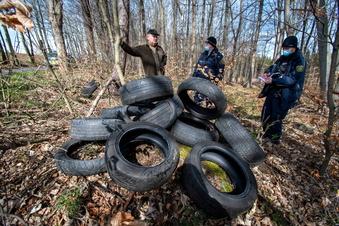 Umweltskandal: Altreifen im Wald entsorgt