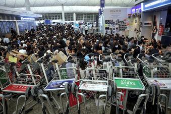 Lage an Hongkongs Airport beruhigt sich