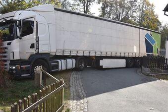 Lkw verheddert sich in Kunnersdorf