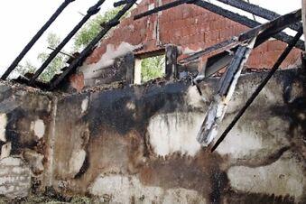 Polizei sichert Spuren nach Brand auf Reiterhof