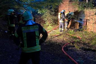 Nieskyer Feuerwehr löscht Brand im alten Betonwerk