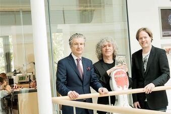 Preisträger besucht Uhrenfirma