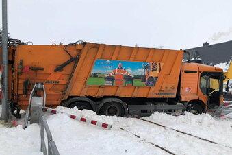 Zug kracht in Tragnitz in Müllfahrzeug