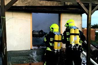 Feuerwehr löscht Brand in Gartensparte