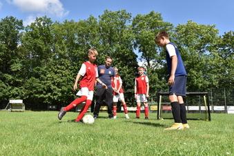 Nachwuchs lernt Fußballtricks