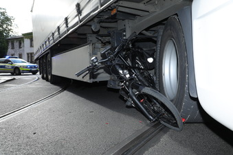 Lkw erfasst Radfahrerin beim Abbiegen