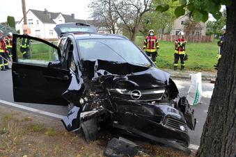 Bernsdorf: Opel kracht gegen einen Baum