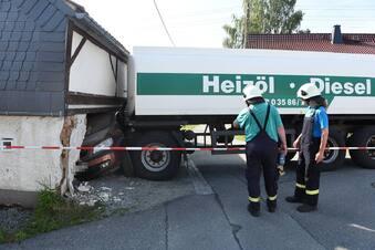 Heizöl-Anhänger schiebt Auto in Wohnhaus