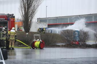Gefahrgut-Container brennt in Kesselsdorf