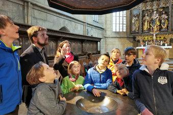 Kinder zeigen Touristen Kamenzer Kirchen