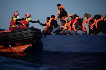 """Open Arms""-Migranten dürfen nach Sizilien"