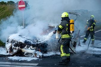 Auto nahe der A4 ausgebrannt