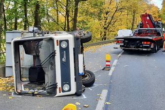Multicar von Straße abgekommen und umgekippt