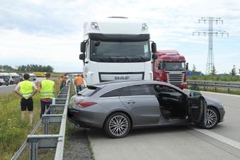 Lkw schiebt Mercedes vor sich her