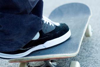 Junge Leute nehmen Skaterpark in Beschlag