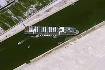 Schiffs-Bergung im Suezkanal dauert