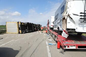Unfall auf der A4: Lkw kippt um