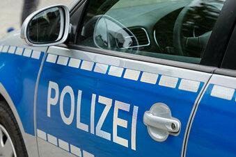 Junge Frau von drei Männern attackiert