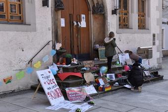 Schuhprotest vor dem Dippser Rathaus