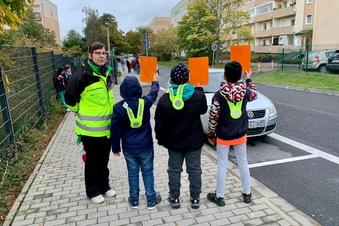 Schüler zeigen Falschparkern die Rote Karte