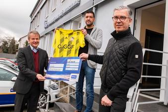 Fußballer freuen sich über Sachsen-Energie-Spende