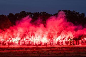 Dynamos Ultras zündeln am Elbufer