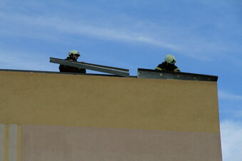 Döbelns Feuerwehr beseitigt lose Dachteile