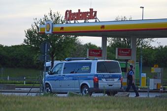 A4: Zapfsäule an Tankstelle beschädigt