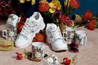 Meissener Blumen auf Adidas-Sneakern