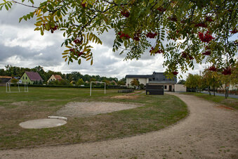 Sportplatz soll an die Schule rücken