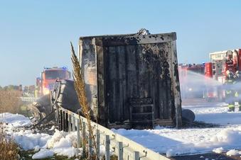 Brennender Transporter auf der A9 - Fahrbahn gesperrt