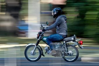 Auf der B6: Mopedfahrer behindern Verkehr