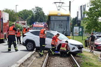 SUV kracht in Straßenbahn