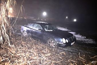 Mercedes landet bei Stolpen im Teich