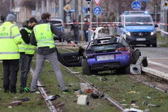 Leipzig: Auto fährt in Menschengruppe