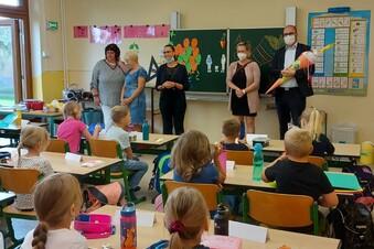 Kultusminister bringt Zuckertüte nach Grünlichtenberg