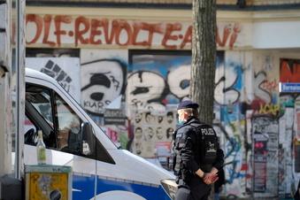 Leipzig: Polizeistation mit Steinen beworfen
