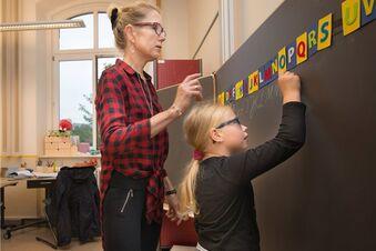 Weil Lehrer fehlen, unterrichten jetzt schon Eltern