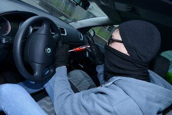 Autoknacker stehlen einen Mazda