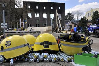 THW-Kräfte haben Volkshaus-Fassade gesichert