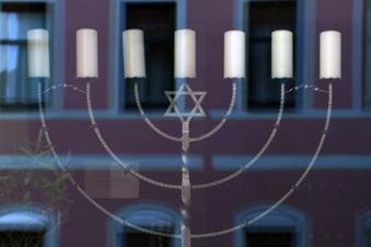 Hitlergruß vor Synagoge gezeigt