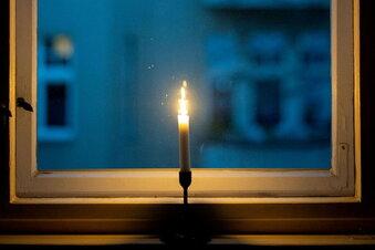 Kerzen sollen an die Corona-Toten erinnern