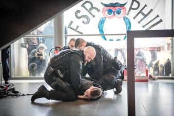 TU Dresden: Polizei trägt Aktivisten weg
