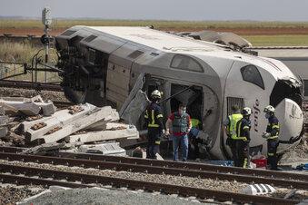 Auto stürzt von Brücke - Zug entgleist