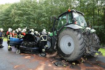 BMW kollidiert mit Traktor