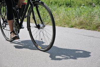 Radlerin wird schwer verletzt