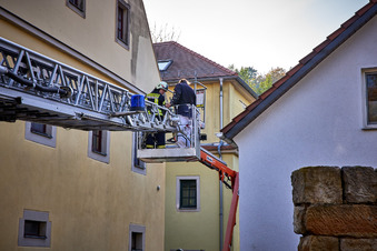Feuerwehr holt Maler von Hebebühne