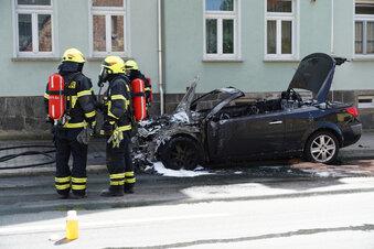 Cabrio brennt - Fahrer kann sich retten